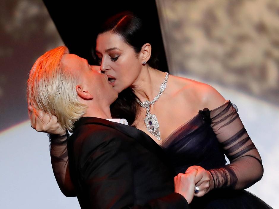 Sie weiß, wie man in die Zeitung kommt: Monica Bellucci bei der Eröffnungsfeier in Cannes mit Schauspieler Alex Lutz.