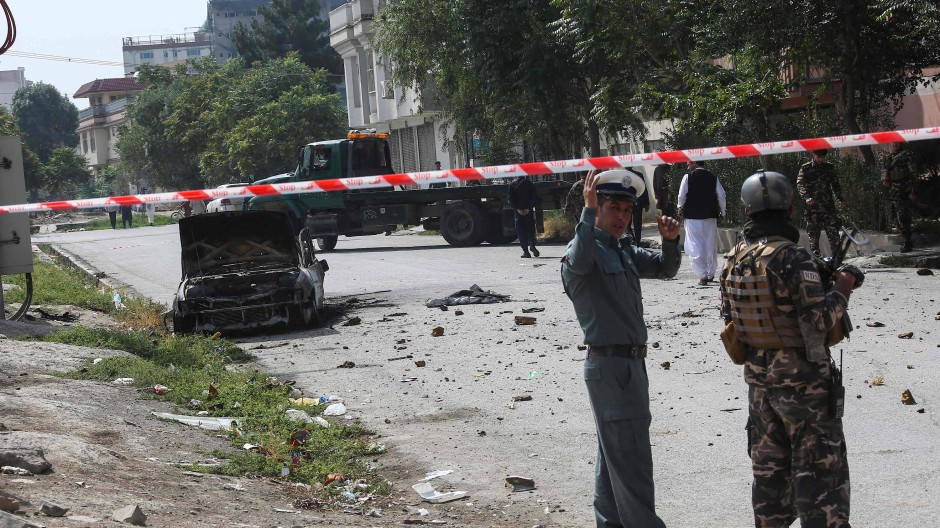 Afghanische Sicherheitskräfte in der Nähe eines Fahrzeugs, von dem aus die Raketen abgefeuert worden sein sollen.