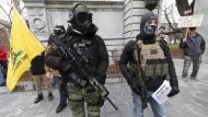 """Warten auf einen Bürgerkrieg: Anhänger der """"Boogaloo""""-Bewegung Mitte April in Concord, New Hampshire"""