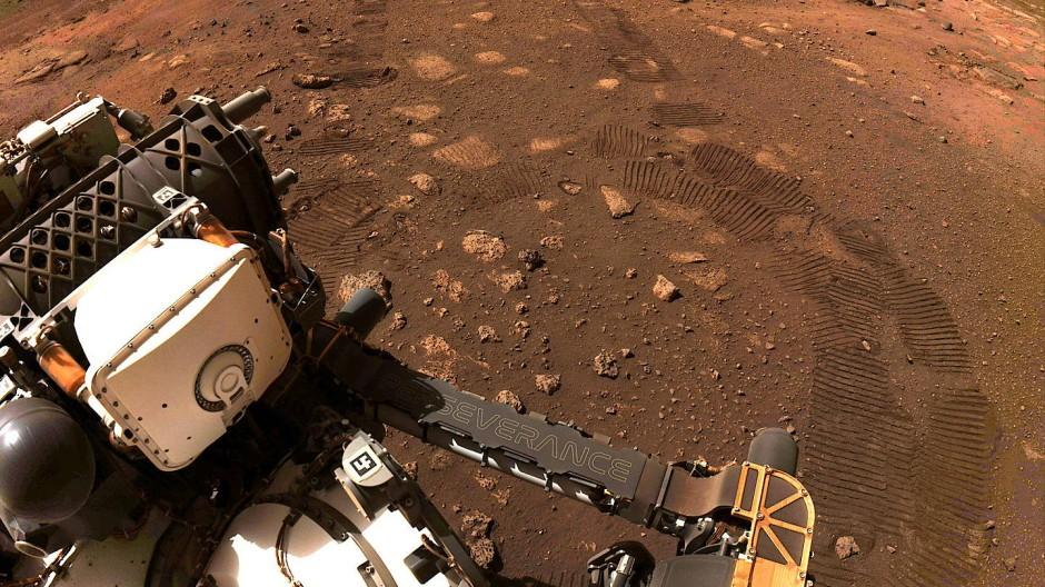 Perseverance bei seiner ersten Testfahrt auf dem Mars