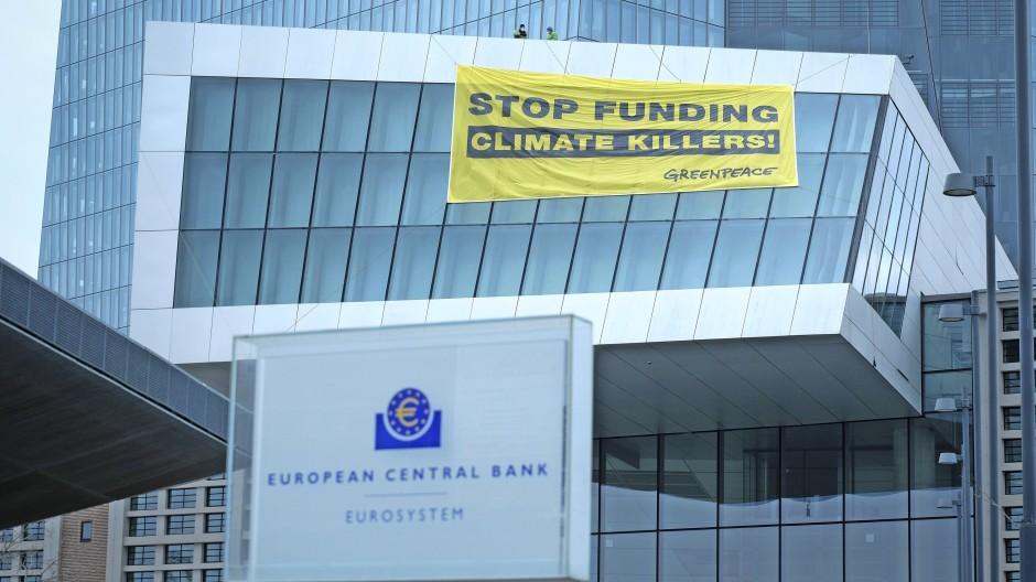 Greenpeace-Aktivisten sind im März 2021 mit Gleitschirm auf dem EZB-Gelände gelandet.