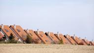 Dach an Dach, Schornstein an Schornstein. Eine Reihe von Neubauten säumt den Feldrand im Zwickauer Land in Sachsen.