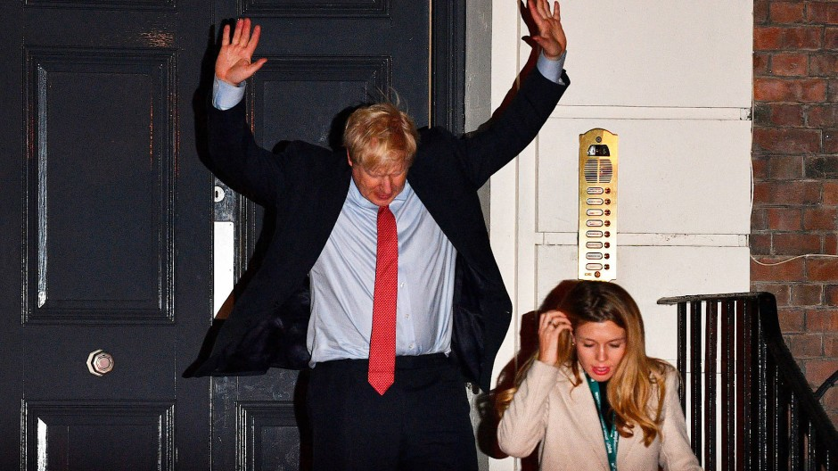 Großer Triumph, große Geste: Boris Johnson am frühen Freitagmorgen in London