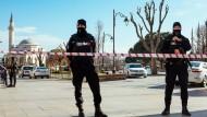 Türkische Polizisten in Sultanahmet, dem von Touristen besonders frequentierten Stadtteil Istanbuls, in dem der Anschlag verübt wurde.