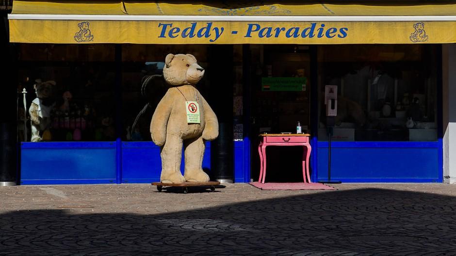Der Teddy in der Frankfurter Altstadt soll weg – auch wenn er laut Geschäftsinhaber häufiger fotografiert wird als der Römerberg.