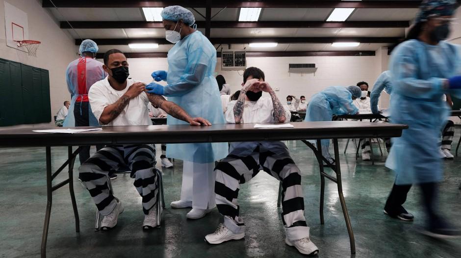 Medizinisches Personal des Delta Health Center arbeitet in der JVA in Bolivar County, um Gefangenen eine Covid-19-Impfung zu verabreichen.