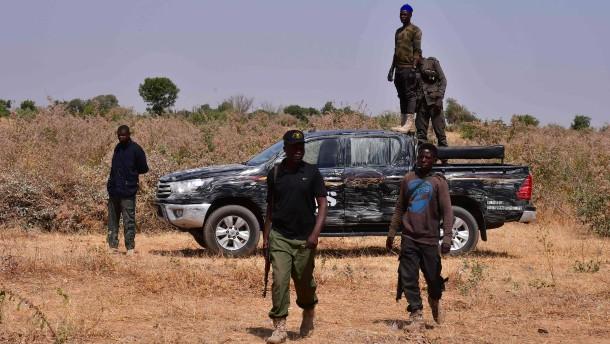 Zahlreiche Schüler von bewaffneten Angreifern entführt