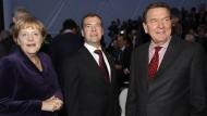 Da war man noch mehr auf einer Linie: Kanzlerin Merkel, der russische Präsident Medwedjew und Altkanzler Schröder 2011 bei der Eröffnung der ersten Nordstream-Pipeline