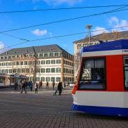 In Darmstadt sind eine Straßenbahn und ein Kleinbus kollidiert. Fünf Kinder wurden dabei verletzt. (Symbolbild)