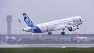 Ein Airbus A321LR hebt ab.
