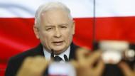 Jaroslaw Kaczynski, Vorsitzender der PiS-Partei, spricht am Wahlabend zu Unterstützern und Journalisten.
