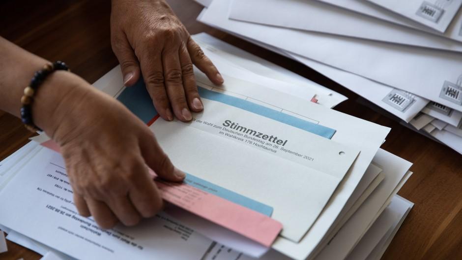 Eine Mitarbeiterin der Stadtverwaltung Bad Homburg packt Anfang September Briefe mit dem Stimmzettel für die Bundestagswahl.