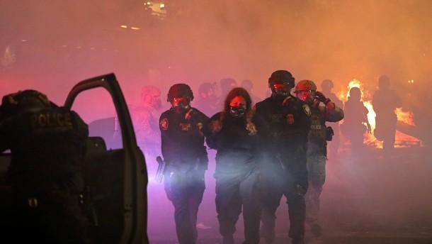 Bundespolizei geht mit Tränengas gegen Demonstranten vor