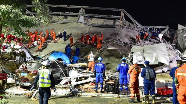 Mindestens zehn Tote nach Einsturz von Quarantäne-Hotel