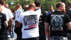 Polizei beschlagnahmt Bierfässer bei Nazi-Festival