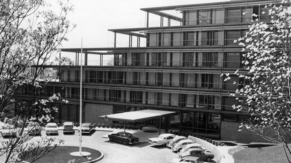 Transparent die Form und kreisförmig die Auffahrt: Egon Eiermanns Botschaft der Bundesrepublik Deutschland in Washington, 1964