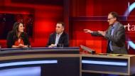 Frank Plasberg versucht zu erfahren, wie Erdogans Rhetorik auf Türken in Deutschland wirkt, hier im Gespräch mit der Journalistin Düzen Tekkal und dem Pollitiker Cem Özdemir.