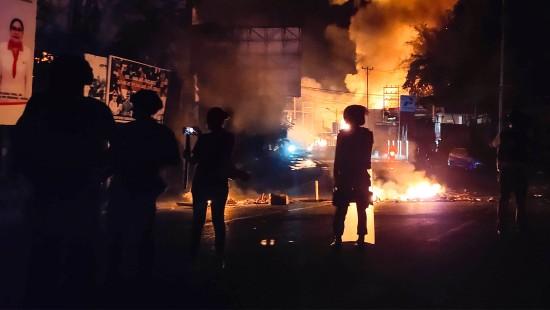 Regierungsgebäude in Flammen aufgegangen