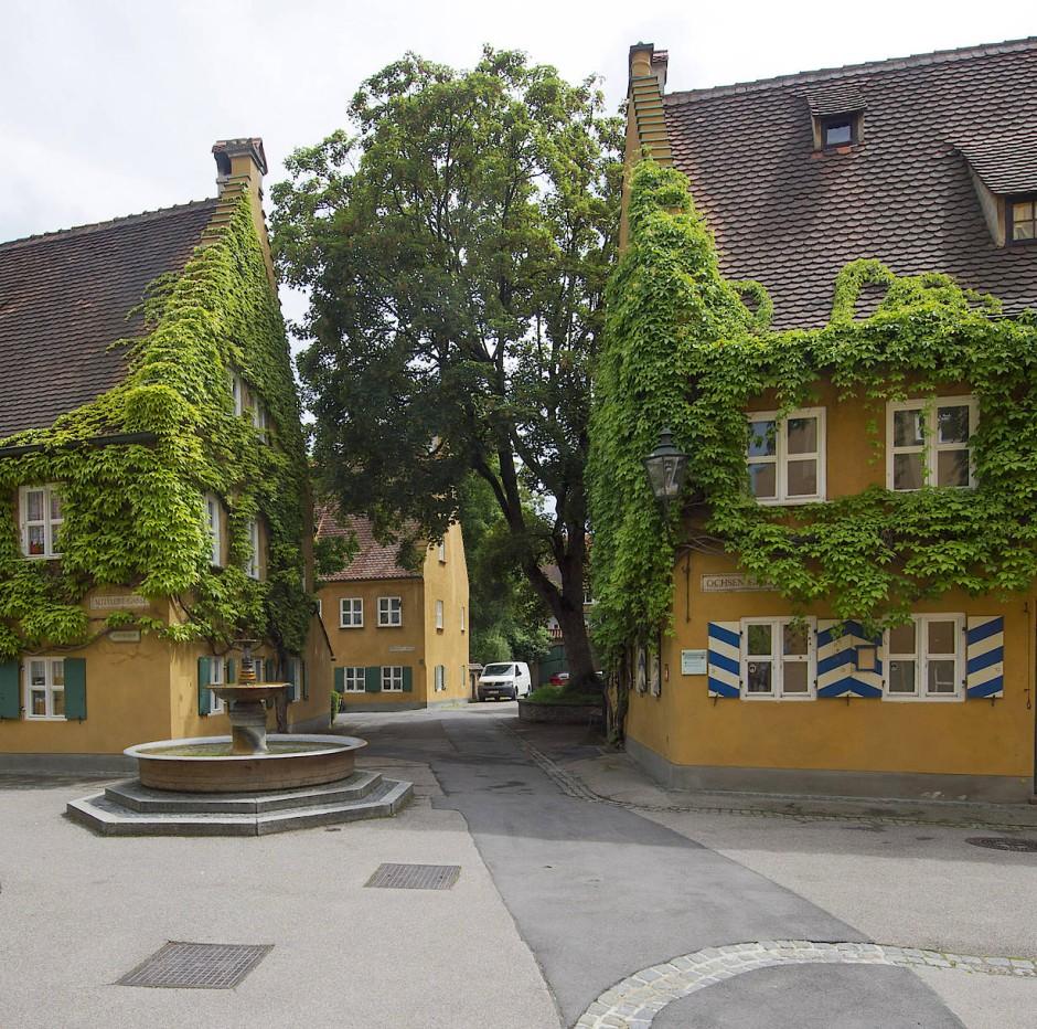 Blick auf die Fuggerei in Augsburg: Die von Jakob Fugger 1521 gegründete Stiftung betreibt eine Wohnsiedlung für Bedürftige und existiert bis heute.