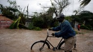 Ein Mann kämpft sich in Les Cayes, Haiti, durch die Fluten.