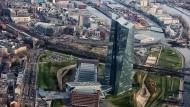 Europäische Zentralbank in Frankfurt: Seit Jahren setzt Chef Draghi auf ein Fluten der Märkte.