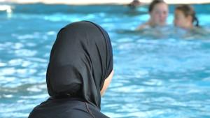 """Schwimmunterricht in """"Burkini"""" für muslimische Mädchen zumutbar"""