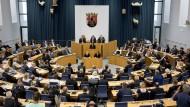 """Björn Bickers """"Das letzte Parlament"""": Politik – eine große Inszenierung (Symbolbild)?"""