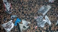 """Laut der """"Jüdischen Allgemeinen"""" sollen Eintracht-Fans im Spiel gegen Straßburg antisemitische Kommentare geäußert haben."""