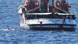 Migranten verlassen Rettungsschiff