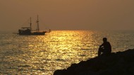 Nachdenklich aufs Meer gucken – geht auch gut ohne Partnerin (Archivbild).