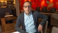 """Adnan Saygili im """"Aurum"""" in der Wiesbadener Goldgasse. Eigentlich wollte er im April mit seiner Frau das 20-jährige Bestehen des Restaurants feiern. Das fiel mitten in der Corona-Krise aus."""