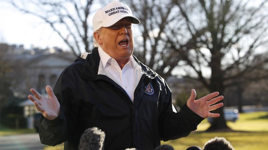 Der amerikanische Präsident Donald Trump spricht vor seinem Besuch an der amerikanischen Südgrenze mit Pressevertretern.