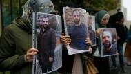Angehörige und Unterstützter demonstrierten mit Porträts des in Berlin ermordeten Selimchan Changoschwili am 10. September 2019 vor der deutschen Botschaft in Tiflis.