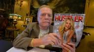 Larry Flynt mit seinem Magazin: Er habe schon einmal Millionen Dollar als Belohnung ausgesetzt, um die Karrieren zweier republikanischer Politiker zu beenden, sagt er.