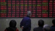 Was machen die Aktien? Blick auf eine Kurstafel in Schanghai.