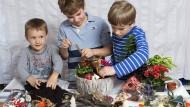 Pflanzen, Basteln, Dekorieren: Die Jungs laufen beim Gestalten des Märchengartens zu Hochform auf.
