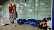 Winterschlaf: In der B-Ebene an der Hauptwache richten Obdachlose ihr Nachtlager her.