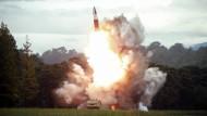 Die staatlichen Nachrichten Nordkoreas verbreiten das Bild einer abgeschossenen Rakete.