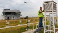 Wetterbeobachtung direkt an der Startbahn West: Stationsleiter Bodo Feyh inspiziert das Messfeld neben der Wetterwarte.