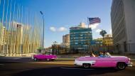 Oldtimer rauschen am amerikanischen Konsulat in Havanna vorbei. Ein Botschaftsmitarbeiter muss mit einem dauerhaften Hörverlust rechnen.