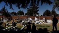 Trauer um einen Covid-Toten: Mitarbeiter eines Friedhofs am Rande der mexikanischen Hauptstadt bestatten einen Verstorbenen.