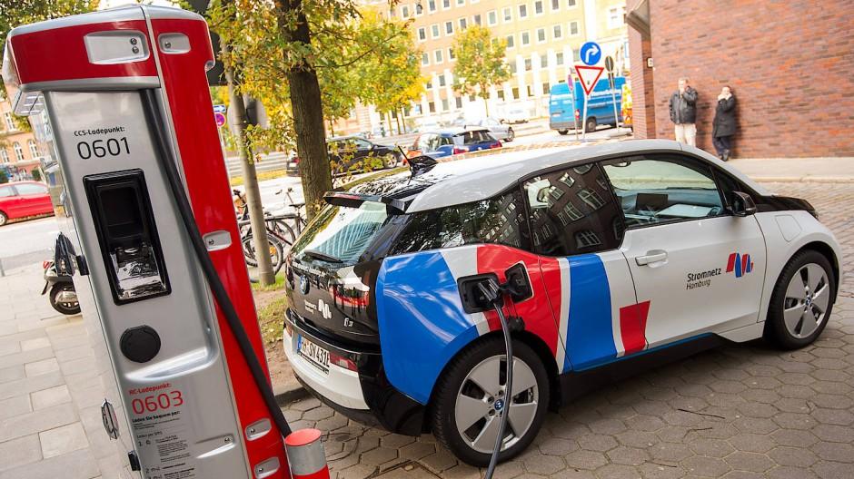 In Hamburg gibt es bereits ein Netz an Ladestationen für Elektro-Autos.