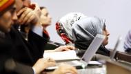 Schwierigerer Weg zum Juristen: Werden Frauen und Migranten bei der Benotung diskriminiert?
