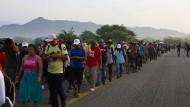 Tausende Migranten aus Zentralamerika bewegen sich zurzeit in mehreren Gruppen durch Mexiko auf die amerikanische Grenze zu.