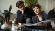 Die Erinnerung bleibt: Jessica und Joshua Hefner schauen sich das Fotoalbum von ihrer toten Tochter Juno an.