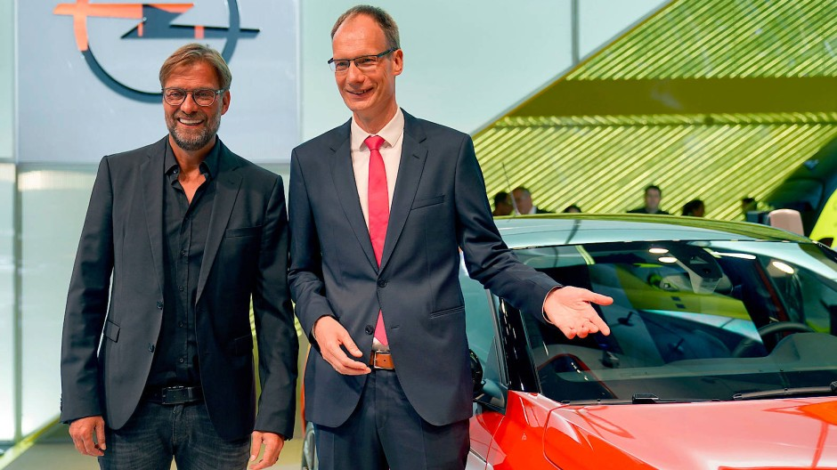 Michael Lohscheller, Geschäftsführer der Opel Automotive GmbH (links), und Jürgen Klopp, Cheftrainer des FC Liverpool, auf der IAA in Frankfurt