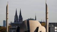Die Ditib-Zentralmoschee in Köln, im Hintergrund der Dom