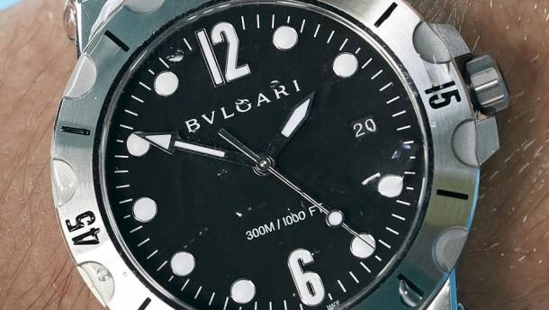 Diese Uhr ist cool am Pool