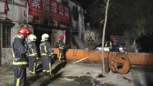 Zahlreiche Tote und Verletzte bei Wohnhausbrand