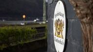 """Erinnerungsstück: Schild des """"Freistaat Flaschenhals"""" in Kaub."""